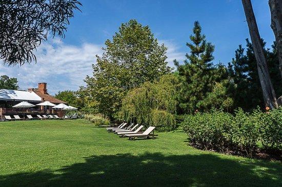 Hotel L'Auberge: Jardim e piscina