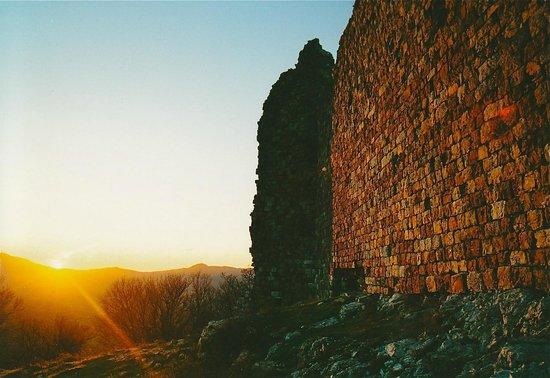 Lajatico, Italia: Le mura esterne al tramonto