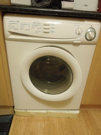 Amber Heights Guesthouse: Washer and Dryer unit that took 2 hrs just to wash - very small