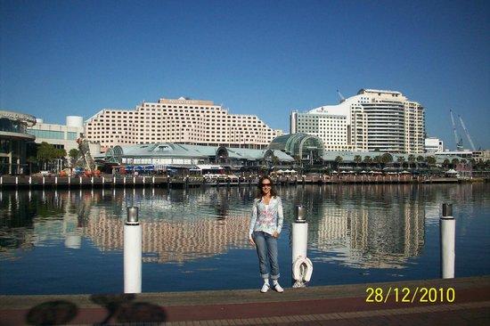 Ibis Sydney Darling Harbour: VIsta do hotel e restaurantes no porto de Sydney
