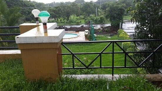 Ghanvatkar Bunglow at Zirad : tiny bathtub called swimming pool