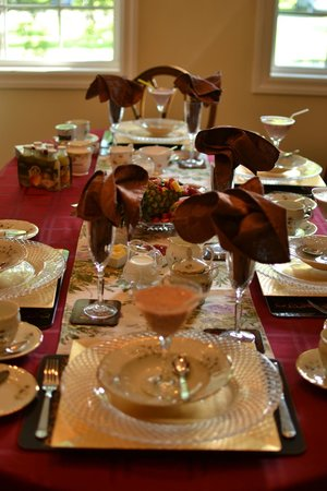 Darlington House Bed and Breakfast : Breakfast table