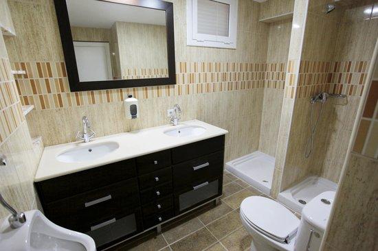 Nou Rocamar: baño habitaciones Economy