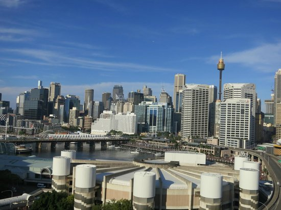Oaks Goldsbrough Apartments: Sydney skyline