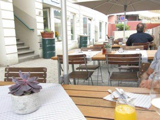 Lokal1 draußen mit Zitronenlimo