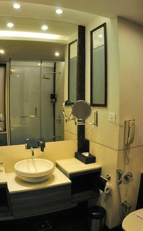 Hotel Tansha Comfort Regency: SHAVING MIRROR