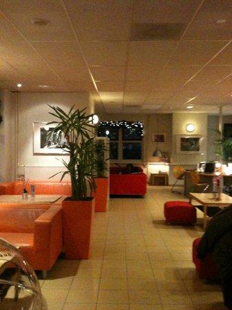 Stayokay Hostel Amsterdam Vondelpark: Área comum, da recepção