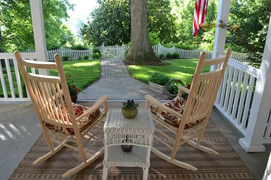 Oak Hill on Love Lane Bed & Breakfast: A cozy front porch with a lovely view