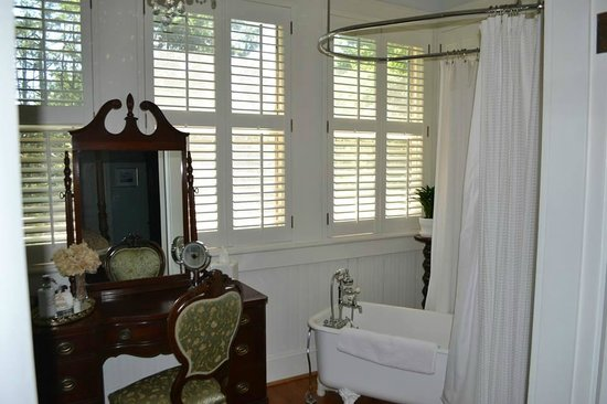 Oak Hill on Love Lane Bed & Breakfast : Clean, bright bathroom with lotions, soaps, and more.