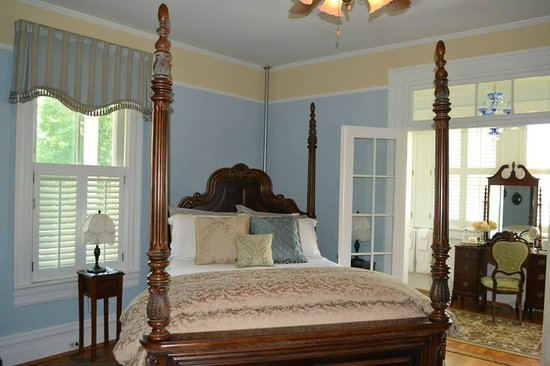 Oak Hill on Love Lane Bed & Breakfast : Our beautiful bedroom, the Bess Ray-Howell Room