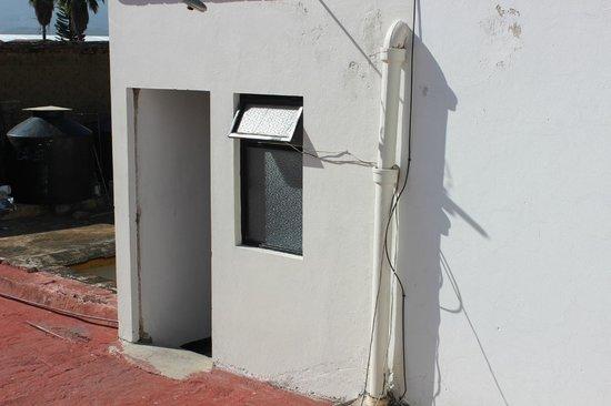 Posada Margarita: Esa es la entrada a los cuartos con baños compartidos