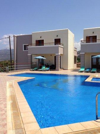 Nireides Villas: vista dalla piscina