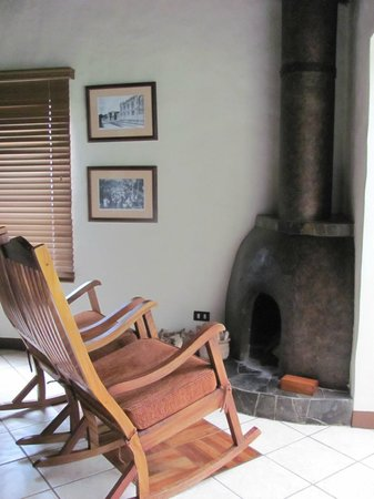 Villa Blanca Cloud Forest Hotel and Nature Reserve: fireplace