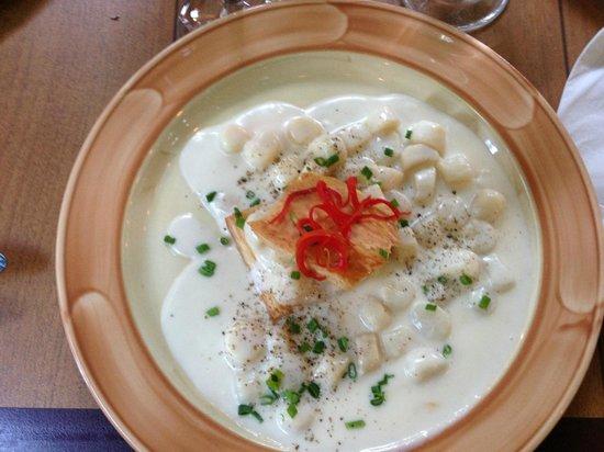 Au Biniou Restaurant: Feuilleté de pétoncles princesses de l'Arctique flambés au pernod et ciboulette