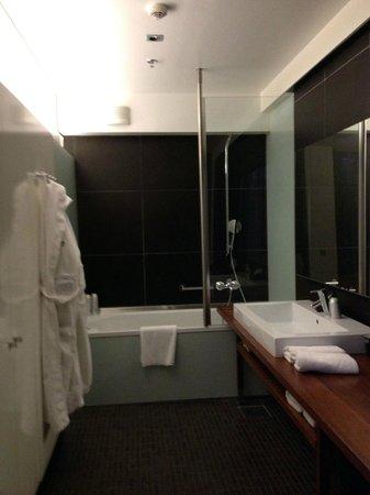 GLO Hotel Kluuvi Helsinki: open, modern bathroom