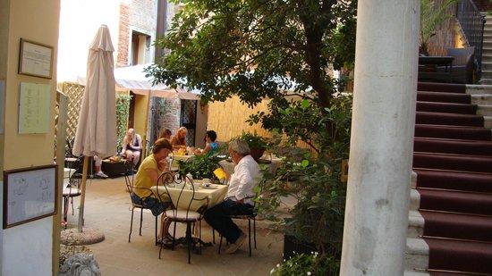 Locanda La Corte: Jardin (petit déjeuner)