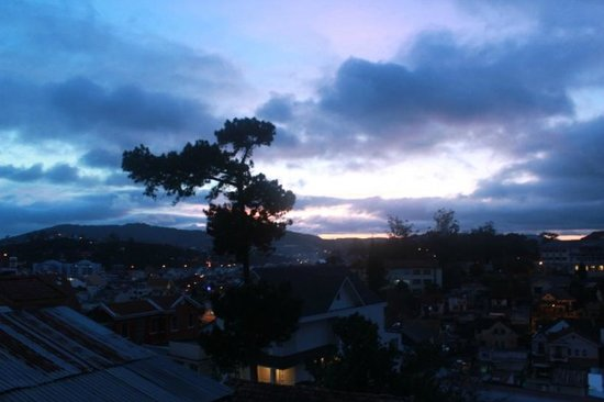 Villa Pink House: Evening view over Dalat from our balcony