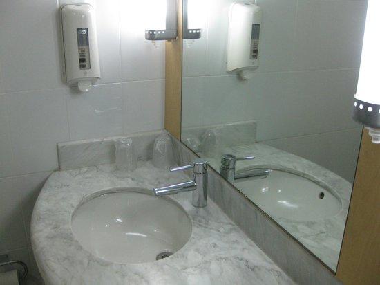 Hotel Ibis Hermosillo: Tiny vanity, ok for 1