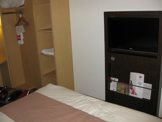 Hotel Ibis Hermosillo: Nice flat screen, a bit cramped room.