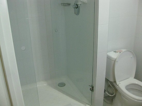 Hotel Ibis Hermosillo: Small shower but it fits ok.