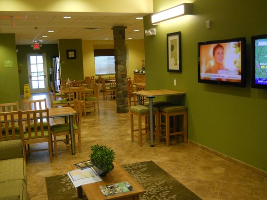 Microtel Inn & Suites by Wyndham Opelika: Lobby and breakfast area.