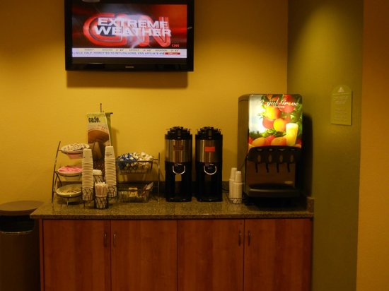 Microtel Inn & Suites by Wyndham Opelika: Beverages for breakfast