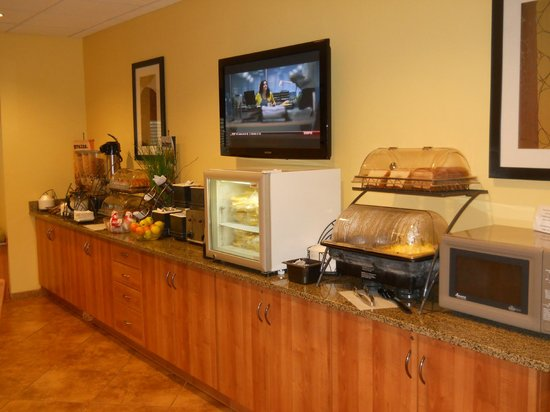Microtel Inn & Suites by Wyndham Opelika: Free breakfast buffet.