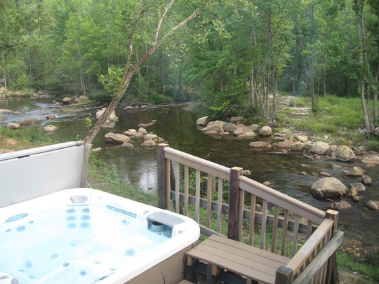 Brown Mountain Beach Resort: hot tub by the river