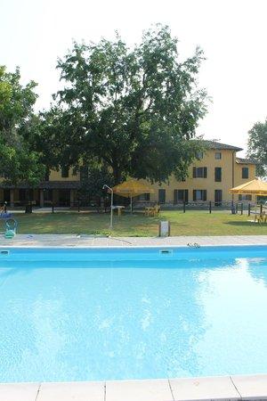Agriturismo Ai Due Leoni: Mainbuilding and pool