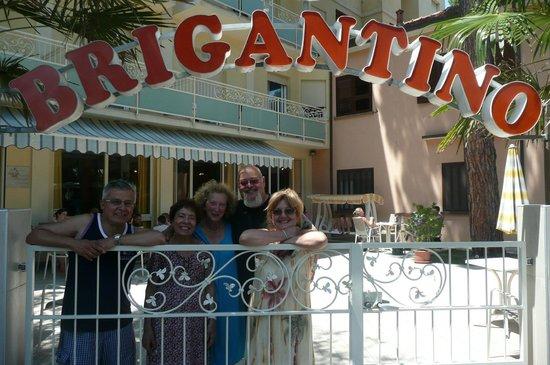 Hotel Brigantino : Foto ricordo di amici al cancello d'ingresso dell'hotel