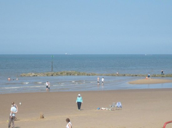 Prestatyn, UK: Flat beach for activities ..