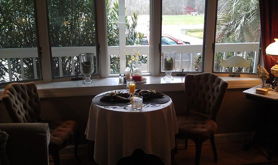 Country Villa B&B Inn & Day Spa: Dining Area in front of the picture window