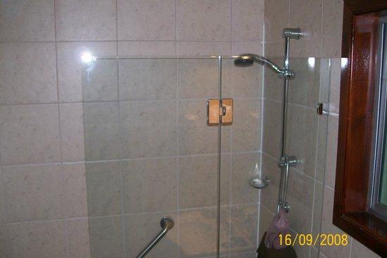 Lago Grey Hosteria and Navegacion: Banheiro do quarto