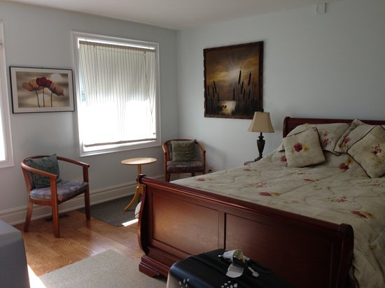 Clinton and Bloor B&B: Sunset room