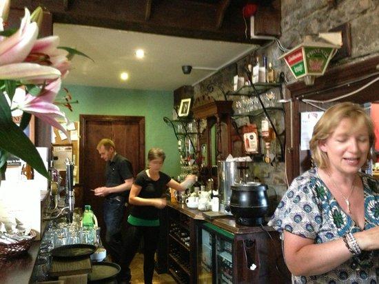 Weirs Bar and Restaurant: Busy bar