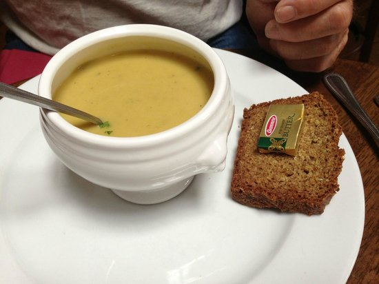 Weirs Bar and Restaurant: Veggie soup with brown bread