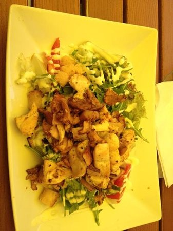 Wiener Wiaz Haus: grilled chicken salad with bacon