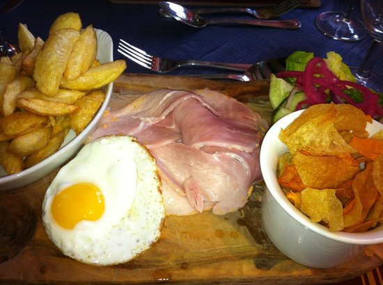 The Boars Head: Ham, Egg & Chips, simple but delicious and so well presented, loved the home made crisps