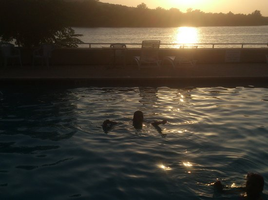 Inn of the Hills Hotel & Conference Center: Swimming in the pool by the river and sunset