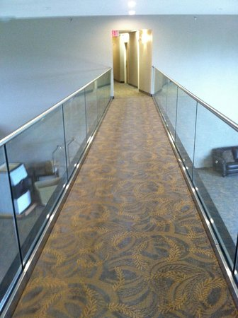 Boulders Inn & Suites: Second Floor Walkway