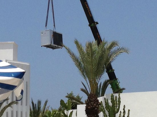 Hotel Le Tivoli: air con units lifted over the hotel