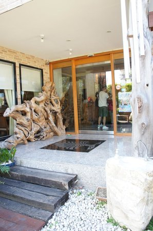 Cypress House: Entrance to the lobby