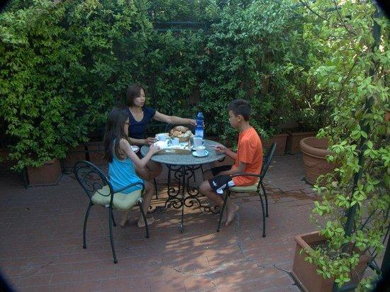 Residenza Horti Luculliani : Breakfast on the terrace