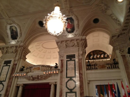 Wiener Hofburg - Orchester : Beautiful walls and ceiling