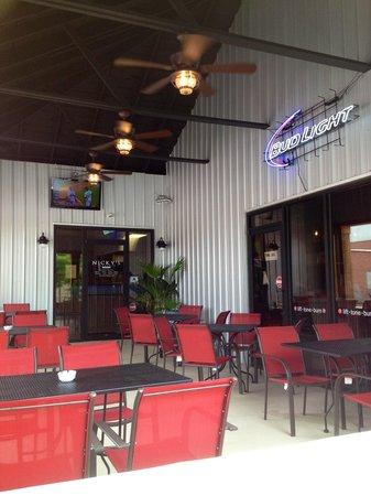 Nicky's Pizzeria: Outdoor patio