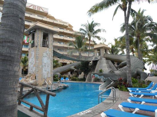 Paradise Village Beach Resort & Spa: Cool bridge to the even cooler waterslides!