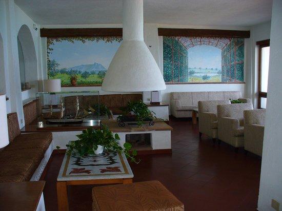 Le Dune Hotel: una sala interna, dal gusto un po' ......