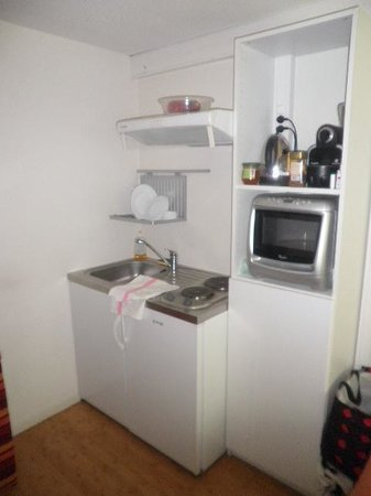 """Hotel Pierre Blanche : kitchenette bien equipée, le four est """"multifonctions""""grill et Micro-ondes"""