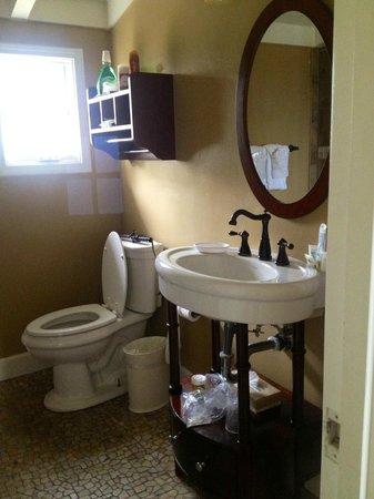 Sunset Inn: Roomy bathroom