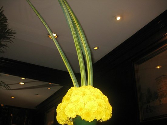 Hotel Geneve Ciudad de Mexico: Fresh flowers all over the main floor RECEPTION
